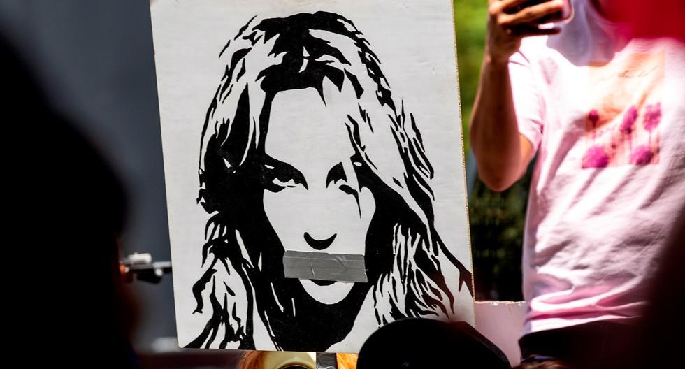"""El pasado 23 de junio distintos simpatizantes del movimiento #FreeBritney se acercaron a protestar en la entrada de un juzgado de Los Ángeles, donde la cantante declaró vía telefónica. El lema """"Liberen a Britney"""" volvió a cobrar relevancia este año tras el estreno del documental """"Framing Britney"""", un trabajo hecho por el diario estadounidense The New York Times."""