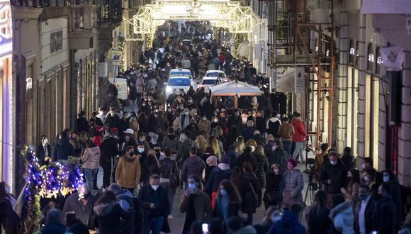En Roma, las personas se apuran con las compras navideñas y se aglomeran sin importarles el coronavirus. EFE/EPA/MASSIMO PERCOSSI