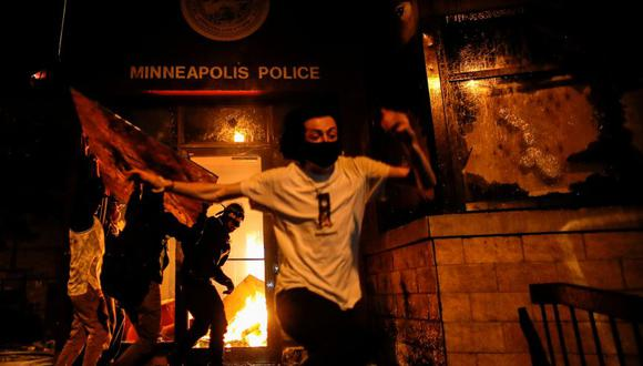Los manifestantes prendieron fuego a la entrada de una estación de policía  de Minneapolis durante una protestas por el asesinato de George Floyd. (Foto: Archivo/ REUTERS / Carlos Barria).