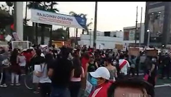 La Molina: manifestantes intentan llegar a vivienda de Ántero Flores-Aráoz en rechazo a la juramentación de Merino (Foto: Colectivo Vecinal La Molina)
