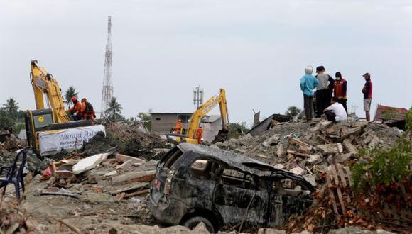 Miembros de los equipos de rescate en trabajos de búsqueda de víctimas en Palu, en la isla indonesia de Célebes. (Foto: EFE)