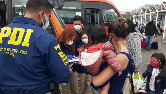 Personal de la Oficina de Derechos Humanos de la Municipalidad de Arica ayuda con el ingreso de las personas a la zona de traslado en la ciudad fronteriza. (Foto: Municiaplidad de Arica)