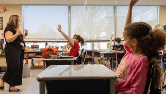 """La escuela, que tiene alrededor de 300 estudiantes, solicita a """"cualquier empleado"""" no vacunarse hasta el final del año escolar para la supuesta protección de los estudiantes. (Foto Referencial: REUTERS/Hannah Beier)."""
