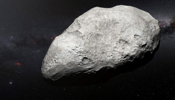 Esta ilustración muestra al asteroide exiliado 2004 EW95, el primer asteroide rico en carbono confirmado en el cinturón de Kuiper y una reliquia del Sistema Solar primordial. Probablemente, este curioso objeto se formó en el cinturón de asteroides entre Marte y Júpiter y fue lanzado a miles de millones de kilómetros de su lugar de origen hasta su hogar actual, en el cinturón de Kuiper. (EFE)