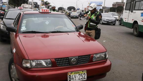 Las autoridades sancionaron 28 vehículos que se encontraban en un paradero informal del aeropuerto. (Mincetur)