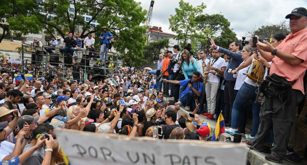 Seguidores de Maduro afirman que la única finalidad de derrocar al mandatario venezolano es explotar la vasta riqueza petrolera del país. (Foto: AFP)