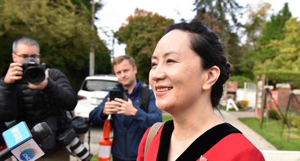 La directora financiera de Huawei, Meng Wanzhou, se detiene para hablar con los medios de comunicación mientras sale de su casa en Vancouver, en octubre del año pasado. (AFP)