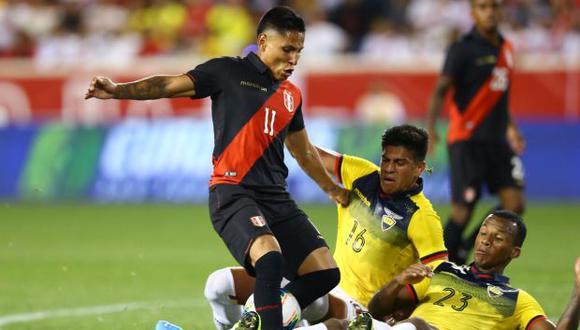 Raúl Ruidíaz estuvo bien controlado por la defensa ecuatoriana y no pudo anotar como delantero de punta en la selección peruana. El jugador del Seattle Sounders sumó su último gol con Perú en marzo del 2018. (Foto: Fernando Sangama)