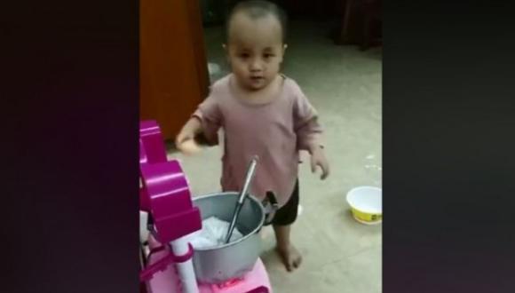 Este niño se robó el corazón de Facebook al cocinar en una olla de juguete. (Foto: Captura de Facebook)