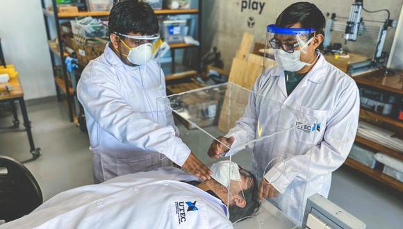 SOLUCIONES. La enseñanza en laboratorios tuvo que encontrar alternativas. En UTEC se crearon digitalmente cámaras de aislamiento para intubación. Estas cubren la cabeza de pacientes con COVID-19, para así prevenir el contagio del personal de salud. Cincuenta de estas cámaras fueron donadas a diversas instituciones. (Foto: UETC)