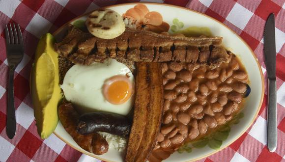 La imagen muestra la Bandeja Paisa, uno de los platos típicos de Colombia que ganó como Destino Líder Culinario de Sudamérica. (Foto: JOAQUIN SARMIENTO / AFP)