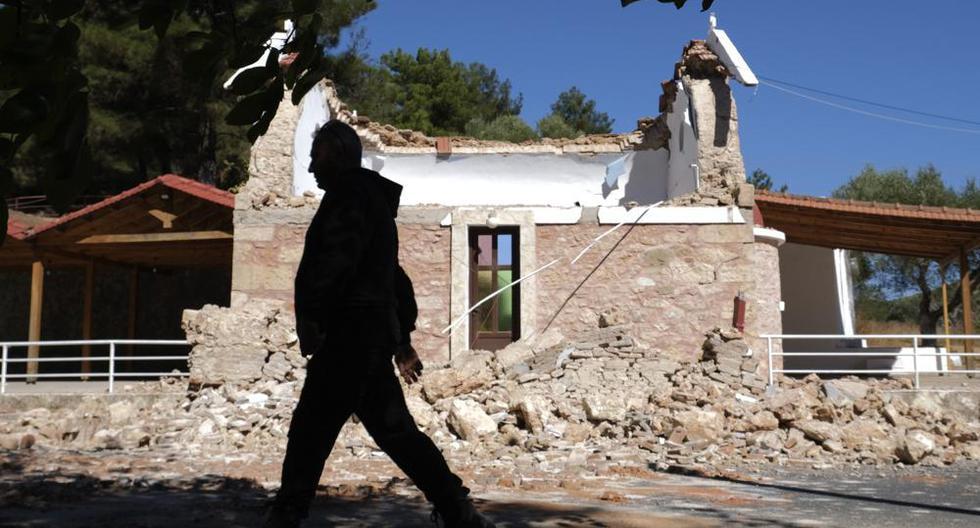 Un residente pasa junto a una capilla ortodoxa griega dañada después de un fuerte terremoto en la aldea de Arcalochori, en la isla sur de Creta. (Foto AP / Harry Nikos).