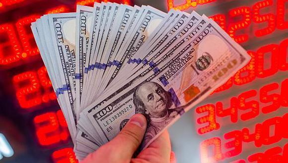 El dólar registraba hoy niveles históricos, por encima de los S/4. (Foto: AFP)
