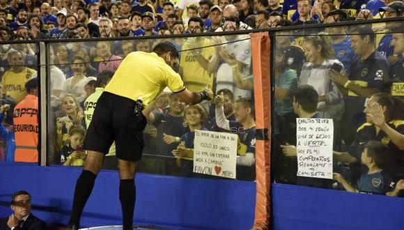 El árbitro peruano Diego Haro tuvo un nombre gesto con pequeño hincha de Boca Juniors. (Foto: Twitter @BOCASocialcabj)