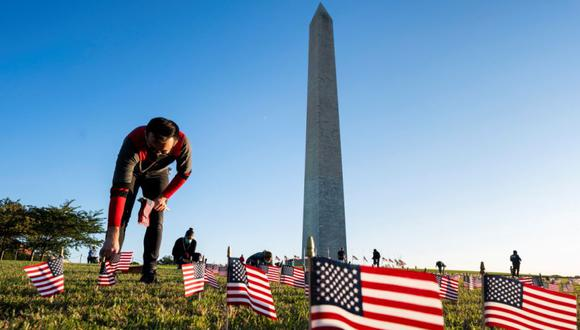 Coronavirus en Estados Unidos   Últimas noticias   Último minuto: reporte de infectados y muertos hoy, lunes 21 de septiembre del 2020   Covid-19 USA   Los partidarios del COVID Memorial Project colocan 20.000 banderas estadounidenses en el National Mall. (Foto: EFE/EPA/JIM LO SCALZO).