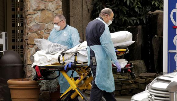Los médicos llevan a una persona a una ambulancia en el Life Care Center de Kirkland, Estados Unidos, un centro de atención donde hay casos confirmados de coronavirus. (REUTERS / David Ryder).