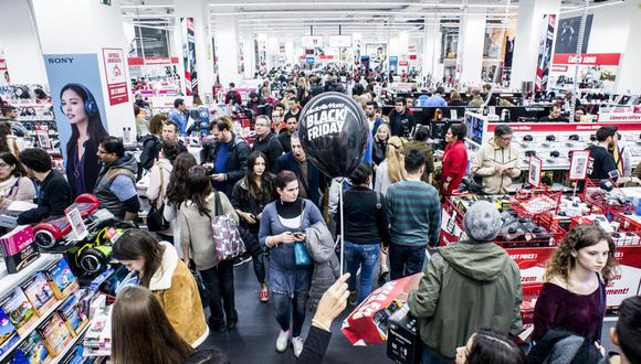 En el tradicional Black Friday, que se realiza año a año en Estados Unidos, compradores de todo el mundo se alistan para aprovechar al máximo las diferentes ofertas en el mercado. Foto: AP