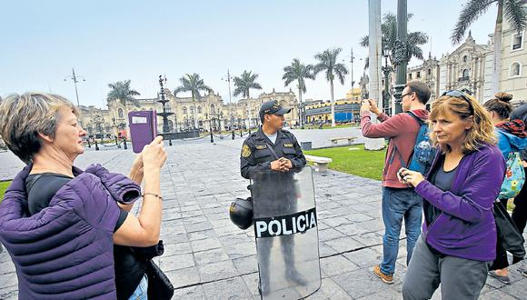 No solo los comerciantes sufren por los cierres alrededor de la Plaza de Armas. Cientos de turistas que llegan a diario al Centro Histórico no pueden acceder. (Foto: Dante Piaggio / El Comercio)