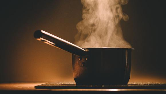 Un minuto de distracción puede ser fatal pues no solo los alimentos se quemarán, sino que la olla llevará la peor parte. (Foto: Pixabay)