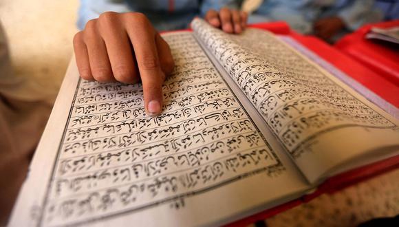 Un musulmán paquistaní lee versos del Corán en una mezquita durante el mes sagrado del Ramadán. (EFE / EPA / BILAWAL ARBAB).