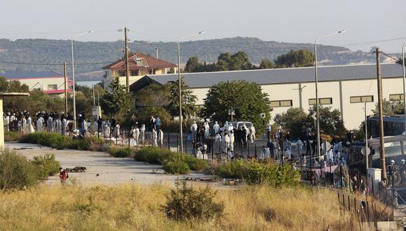 La policía rodea el área donde refugiados del destruido campamento de Moria se encontraban aguardando por ayuda en la isla de Lesbos. (Manolis LAGOUTARIS / AFP).