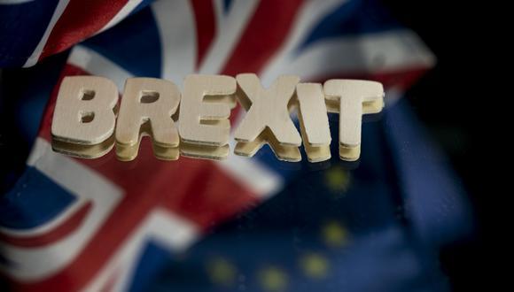 """Imagen muestra las banderas del Reino Unido y la Unión Europea junto a la palabra """"Brexit"""". (Kenzo TRIBOUILLARD / AFP)."""