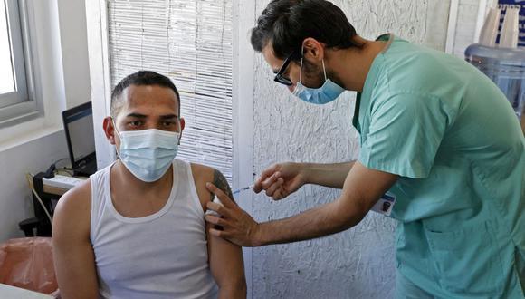 Un extranjero que vive en Israel recibe una dosis de la vacuna contra el coronavirus COVID-19 en el Centro Médico Tel Aviv Sourasky. (Foto de JACK GUEZ / AFP).