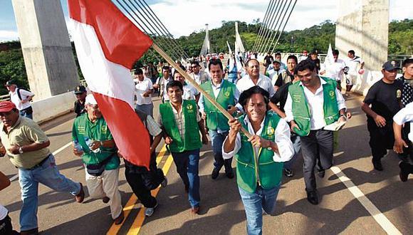 En su campaña del 2011, Alejandro Toledo volvió a cruzar el puente fronterizo entre el Perú y Brasil en la Interoceánica Sur, como si hubiera razones de la patria para reivindicar la sobrevalorada carretera. (Foto: Perú