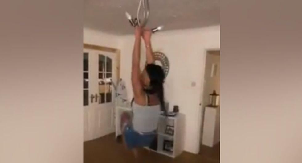La protagonista del video se columpiaba colgándose de una lámpara de techo. (YouTube: ViralHog)