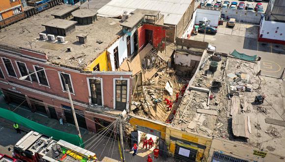 El personal de rescate remueve los escombros con sus manos, sin utilizar maquinaria, para evitar que colapse más el lugar. (Foto: Daniel Apuy / @photo.gec)